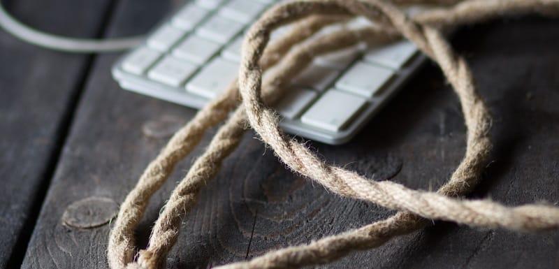 une corde de suicide est posée sur le bureau